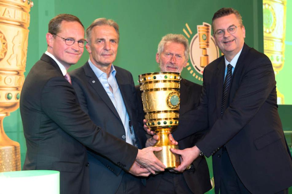 DFB-Boss Grindel, Breitner, Körbel und Müller mit dem begehrten Pott (von li. nach re.).