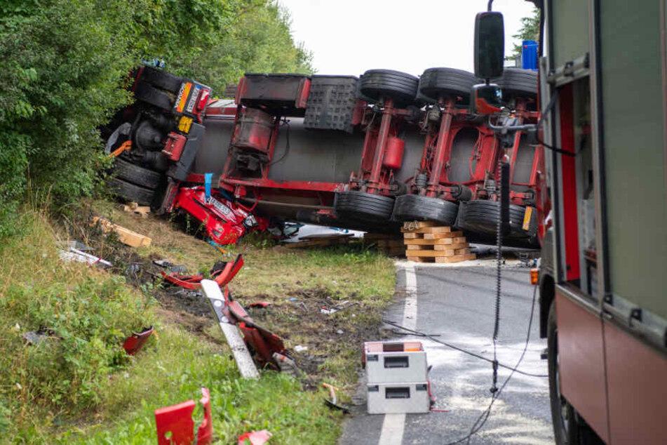 Die Bundesstraße war wegen der Bergungsarbeiten mehrere Stunden gesperrt.