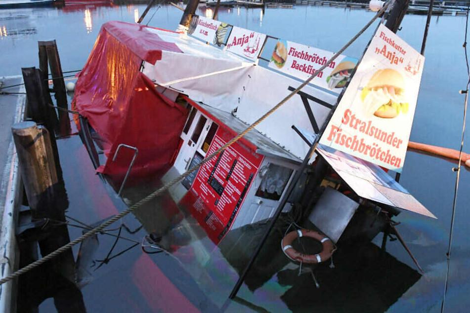 """Der Fischverkaufskutter """"Anja"""" liegt mit Schlagseite auf dem Grund des Stralsunder Hafens."""