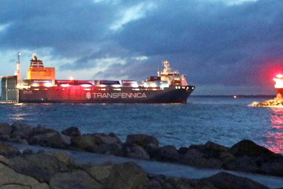Havarie auf der Ostsee: Frachter läuft vor Hafeneinfahrt auf Grund