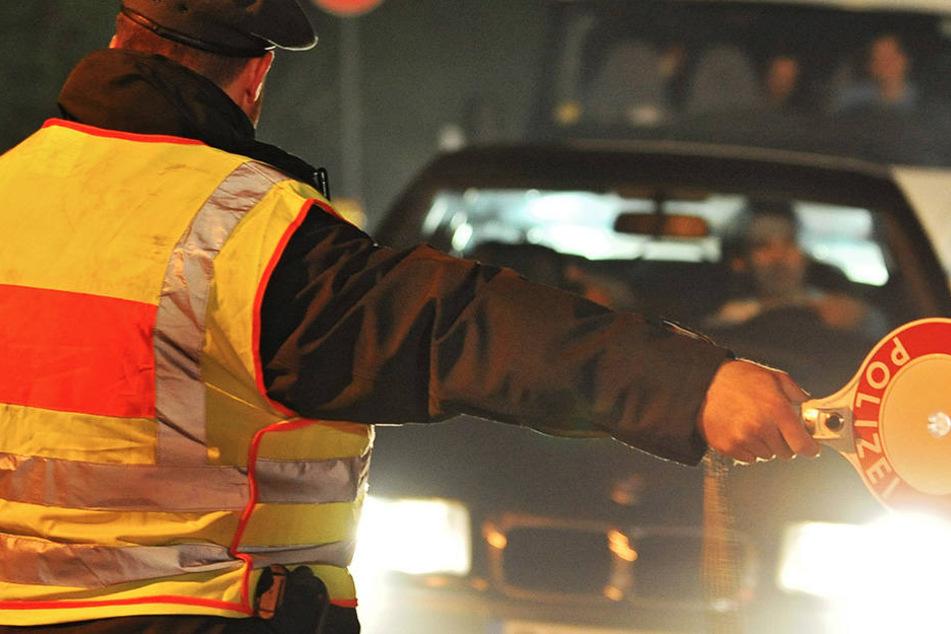 Den Beamten fiel der Wagen des Gesuchten ins Auge. Die Kontrolle seiner Personalien brachte schnell Licht ins Dunkle. (Symbolbild).