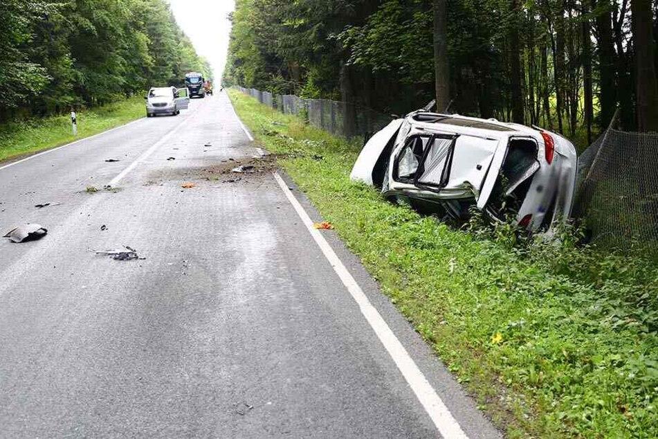 Schwerer Crash im Erzgebirge: VW überschlägt sich
