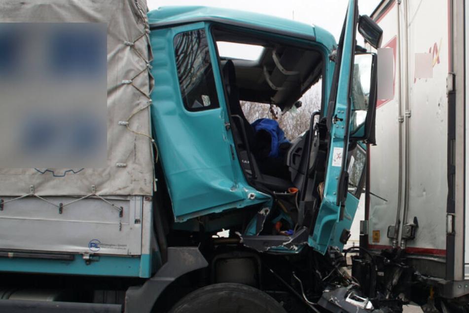 Im Stau-Chaos kam es zum Crash: Auf der A81 rammte ein Lkw einen anderen Lastwagen