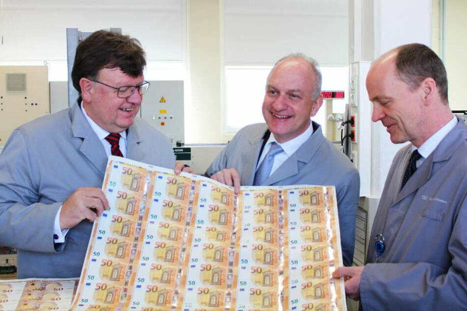 Johannes Beermann, Wolfram Seidemann und Sachsens Finanzminister Matthias Haß bestaunen die neuen 50er.