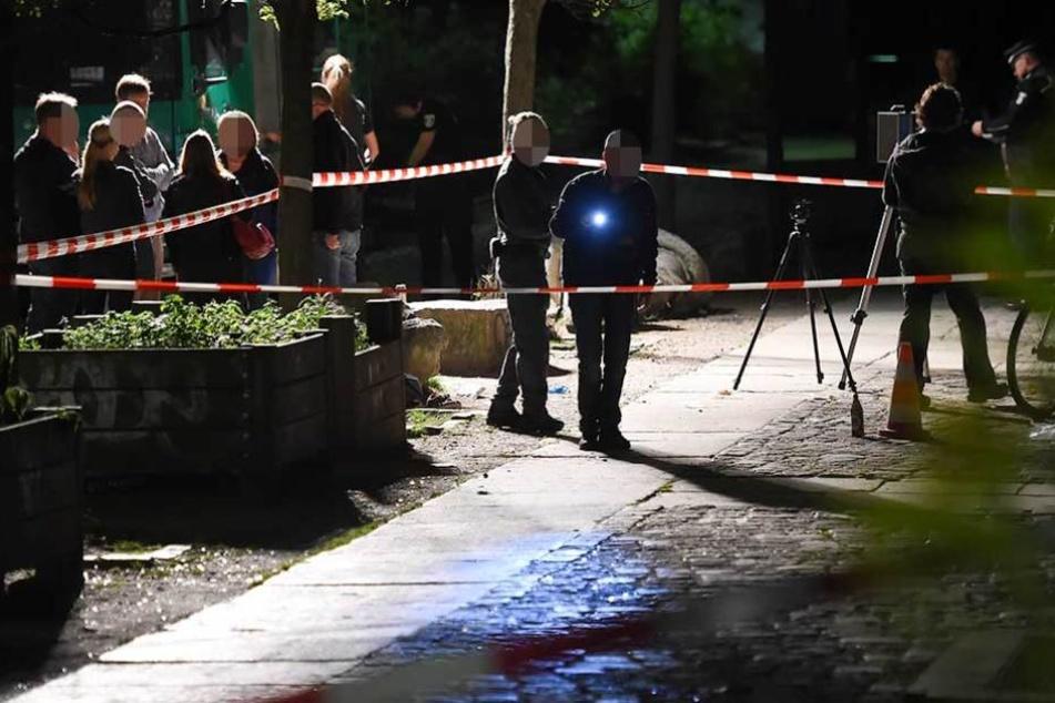 Die Polizei sicherte am Tatort Spuren und suchte ich den Tätern (Symbolbild).