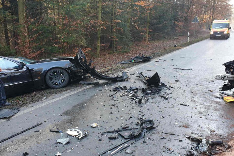 Sieben Verletze nach heftigem Unfall: Im Hintergrund des Bildes ist ein Rettungswagen zu sehen.