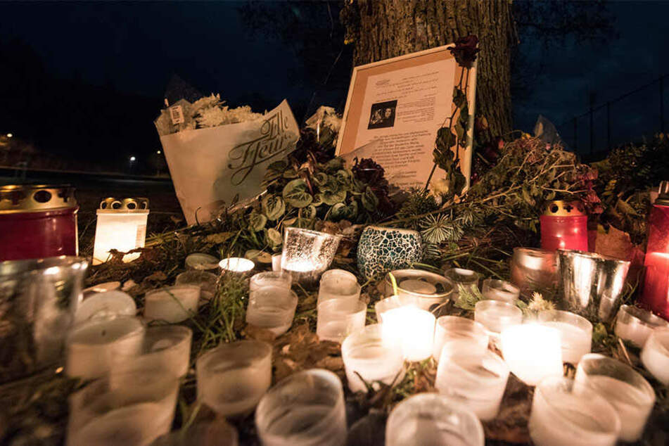 Blumen und Grablichter für die Mitte Oktober 2016 ermordete Studentin.