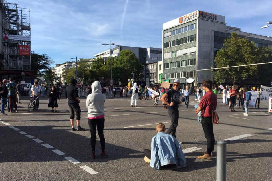 Aktivisten blockieren die Kreuzung Theodor-Heuss-Straße und Rotebühlplatz.