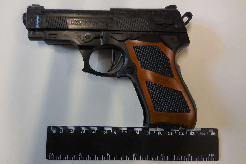 Mit dieser Spielzeugpistole hat ein 20-Jähriger am Montagabend einen Überfall auf einen Supermarkt in Wuppertal-Wichlinghausen gestartet.