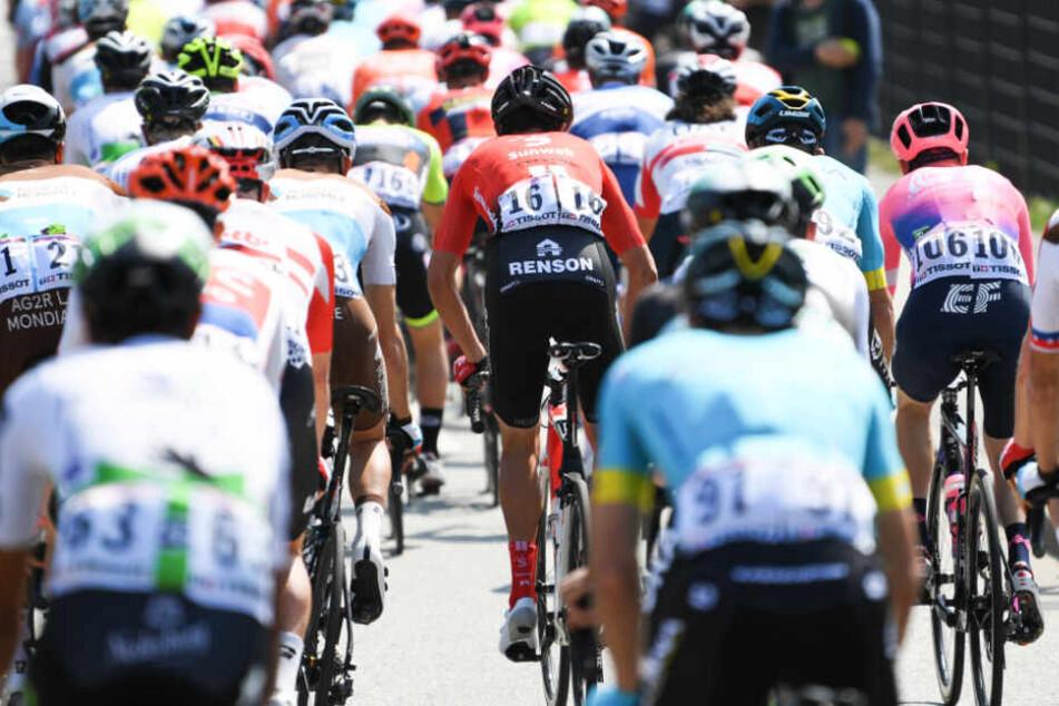 Das Fahrerfeld startet zum Radklassiker Rund um den Finanzplatz Eschborn-Frankfurt.