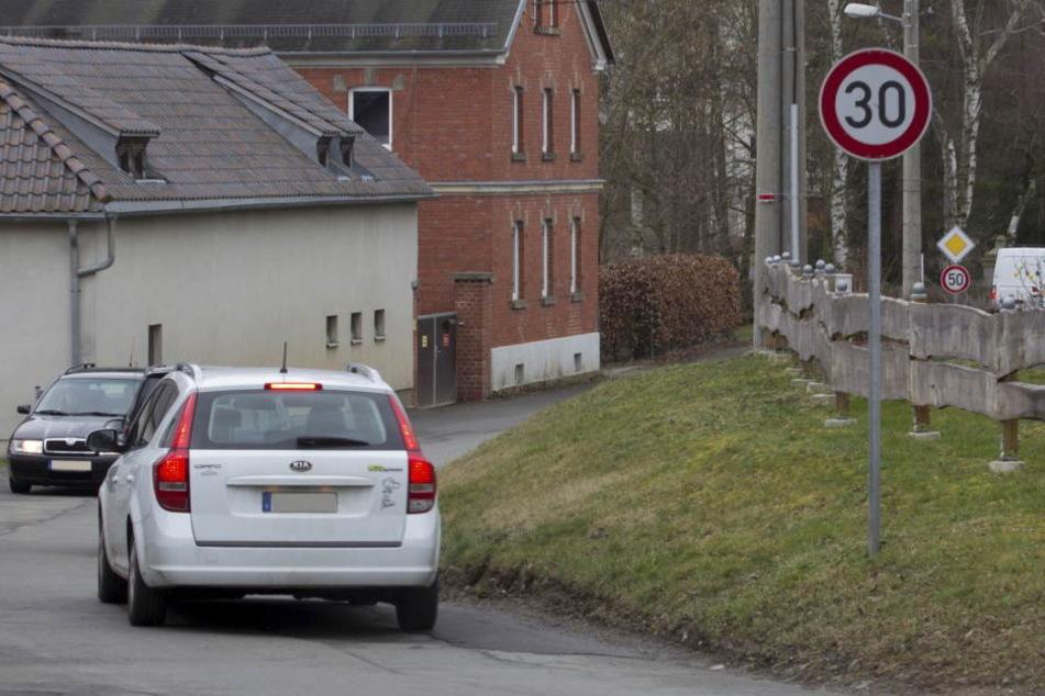 Vor Schulen, Kitas und Seniorenheimen kann nun auch auf Durchgangsstraßen leichter Tempo 30 verhängt werden - wie bisher auf Nebenstraßen.