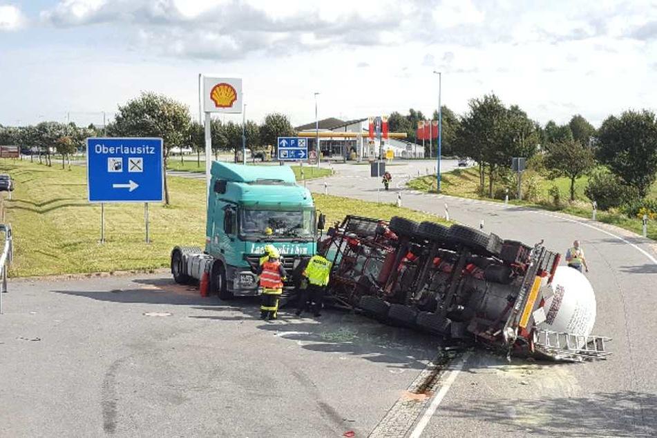 Der mit mehreren Tonnen Klebstoff beladene Anhänger des Lasters wurde durch eine Sturmböe umgefegt.