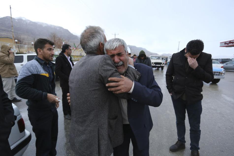 Angehörige der Opfer des Flugzeugabsturzes trauern in der Nähe der Absturzstelle.