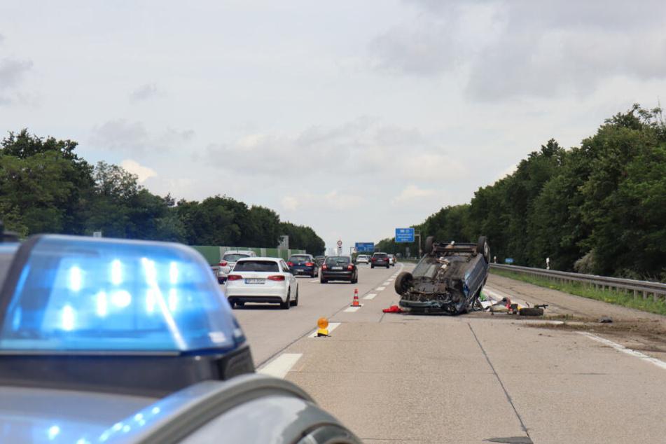 Ein Polizeiauto mit eingeschaltetem Blaulicht steht vor der Unfallstelle.