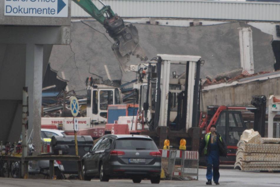 Abriss-Unfall: Eingestürztes Hallendach klemmt Baggerfahrer ein