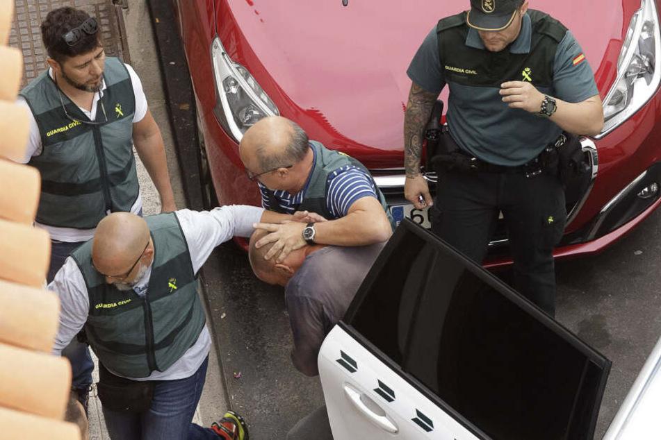 Gegen den 43 Jahre alten Vater, der mutmaßlich seine Frau und einen Sohn totgeprügelt hat, wurde Haftbefehl erlassen.