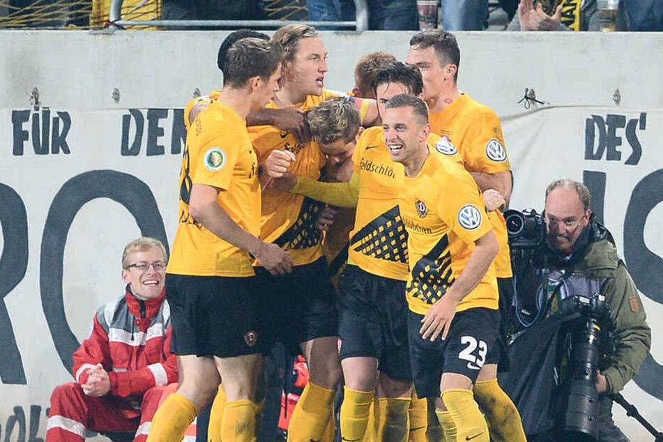 Eine der schwarz-gelben Sternstunden von Justin Eilers. Sein Doppelpack im DFB-Pokal gegen Bochum lässt die Fans und auch die Teamkollegen (siehe Foto) jubeln.