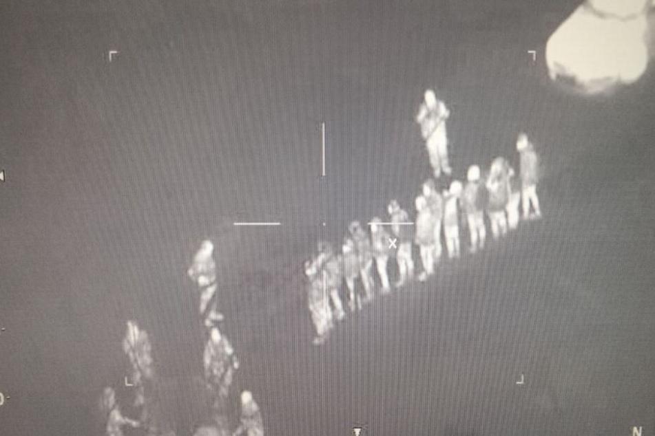 Luftaufnahmen der Bundespolizei zeigen die ausgesetzten Flüchtlinge.