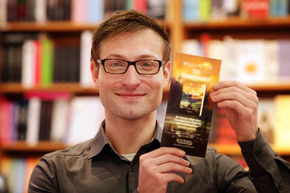 """Autor Willi Hetze (33) zeigt stolz seinen Debüt-Roman """"Die Schwärmer""""."""