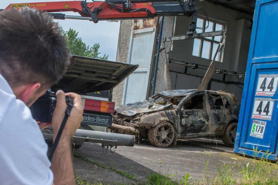 Der VW Golf soll nun von der Tatortgruppe der Polizei untersucht werden.