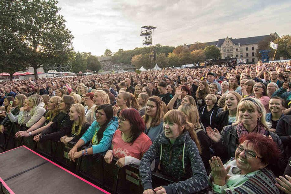 Allein 15.000 Fans feierten auf dem Domplatz mit. Rund 7000 weitere waren es nochmals auf dem Petersberg und den angrenzenden Straßen.