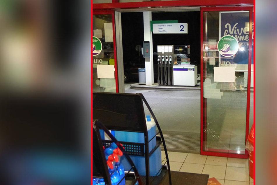 Die Eingangstür der Tankstelle ist völlig zerstört.
