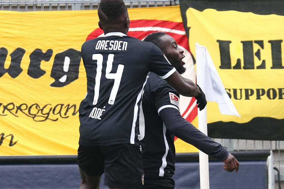 Hier schien die Welt noch in Ordnung zu sein. Erich Berko (r.) bejubelte mit Moussa Koné auf dem Rücken die 1:0-Führung gegen Sandhausen.