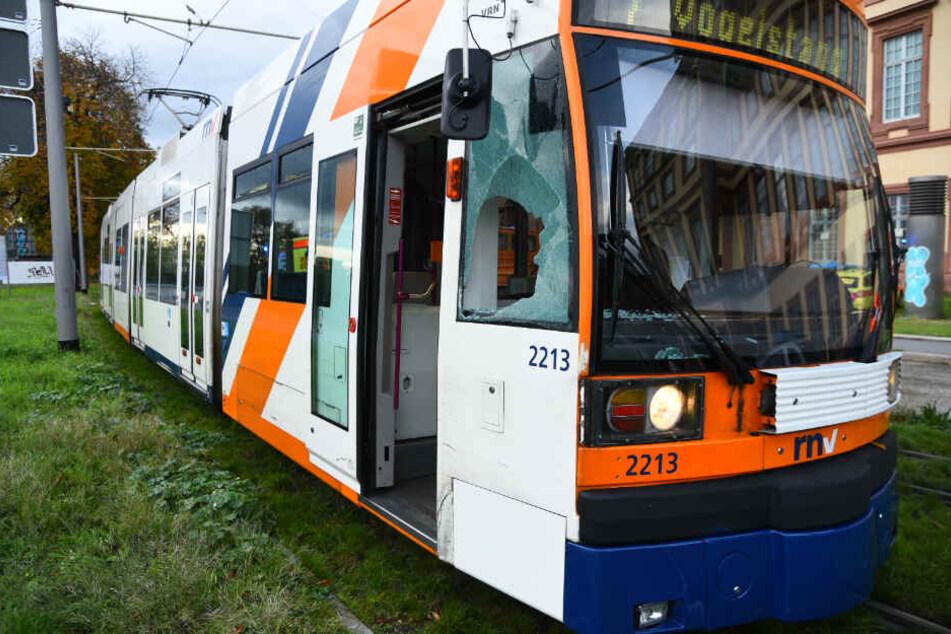 Nicht zu übersehen: Das zersplitterte Glas an der Stelle, an welcher die Bahn den Mann traf.