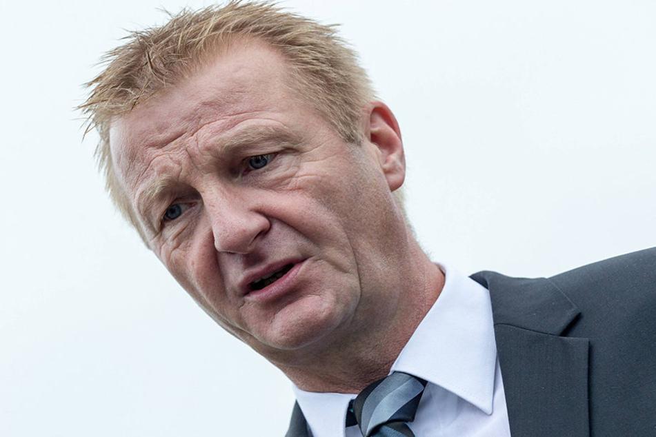 Der nordrhein-westfälische Innenminister Ralf Jäger (55, SPD) sieht beim Burka-Verbot auch Folgen für Fasching und Co.