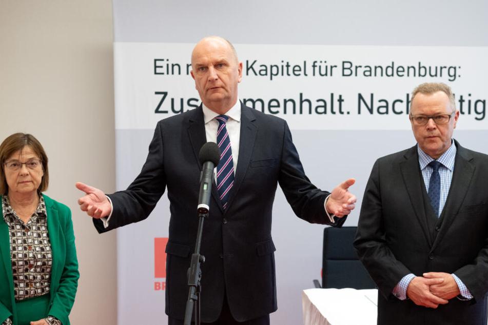 Dietmar Woidke (M), Michael Stübgen (r) und Ursula Nonnemacher geben vor der Unterzeichnung des Koalitionsvertrages ein Statement.