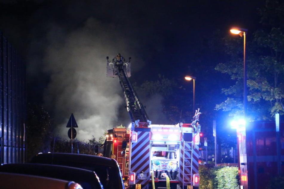 Die Feuerwehr ist auch mit einer Drehleiter vor Ort.