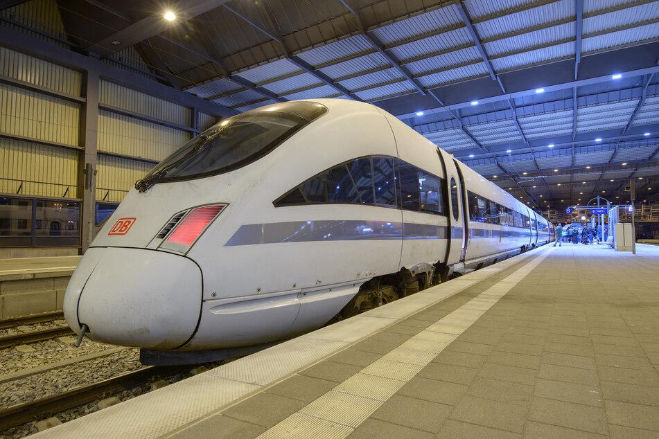 Ein ICE hält im Rahmen einer Probefahrt im Chemnitzer Hauptbahnhof. Bis 2025 soll Chemnitz eine Fernverkehrsanbindung haben, so Schulze (Archivbild).