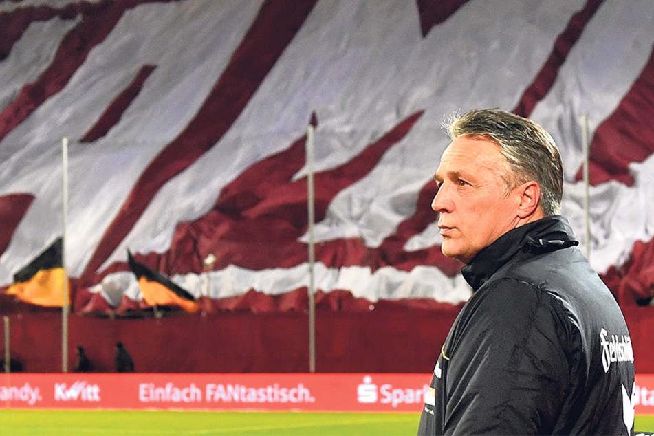 Die Dynamo-Wand steht nicht nur optisch hinter Uwe Neuhaus. Der Trainer war auch in schwierigeren Phasen dieser Saison unumstritten.
