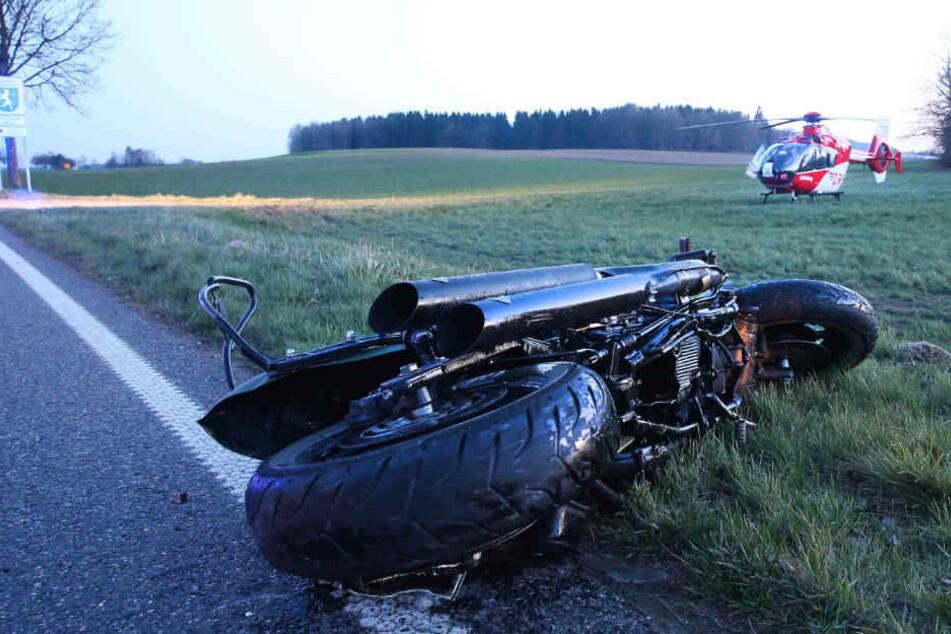 Beim Überholen eines Autos ist der Motorradfahrer bei Boms gegen eine Verkehrsinsel geprallt und tödlich verletzt worden.