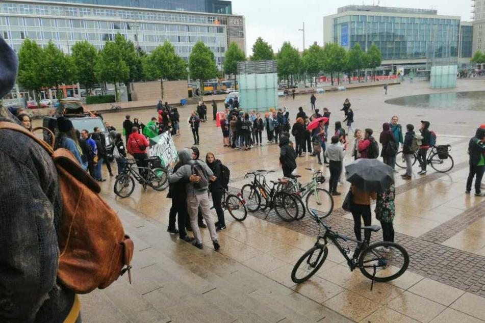 Trotz des Regens versammelten sich Dutzende Menschen auf dem Augustusplatz.