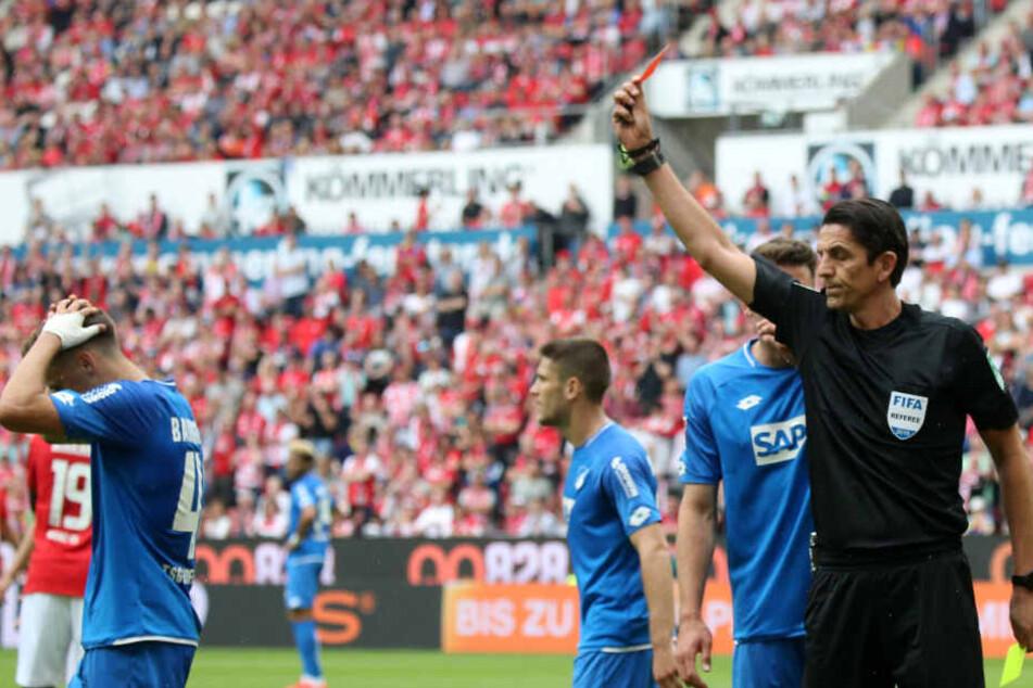 Der 19-jährige Christoph Baumgartner (links im Bild) sieht in der 41. Minute von Schiedsrichter Deniz Aytekin die Gelb-Rote Karte.