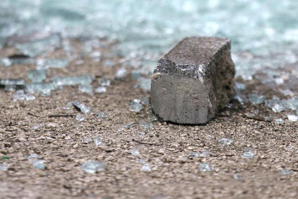 Der Mann hatte einen Stein auf die Unterkunft geworfen. (Symbolbild)