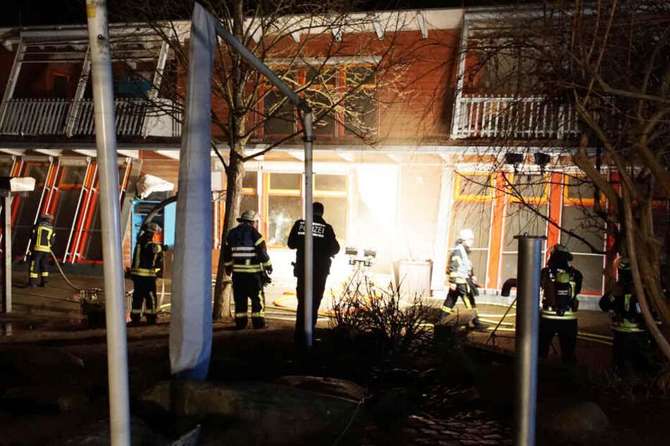 Der Täter brach mehrere Türen auf, legte anschließend den Brand.