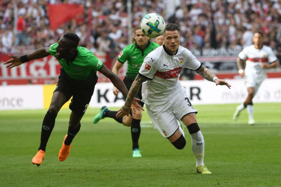 Stuttgarts Daniel Ginczek (r.) im Zweikampf mit Hannovers Salif Sane.