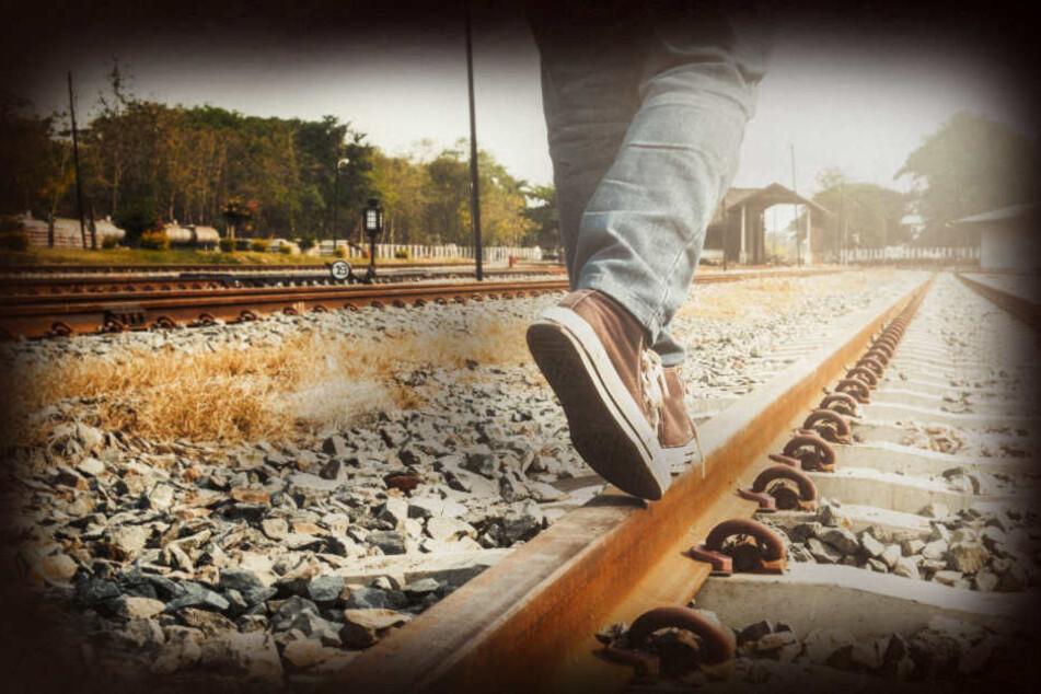 Der Mann soll einen sich von hinten nahenden Zug nicht bemerkt haben. (Symbolbild)