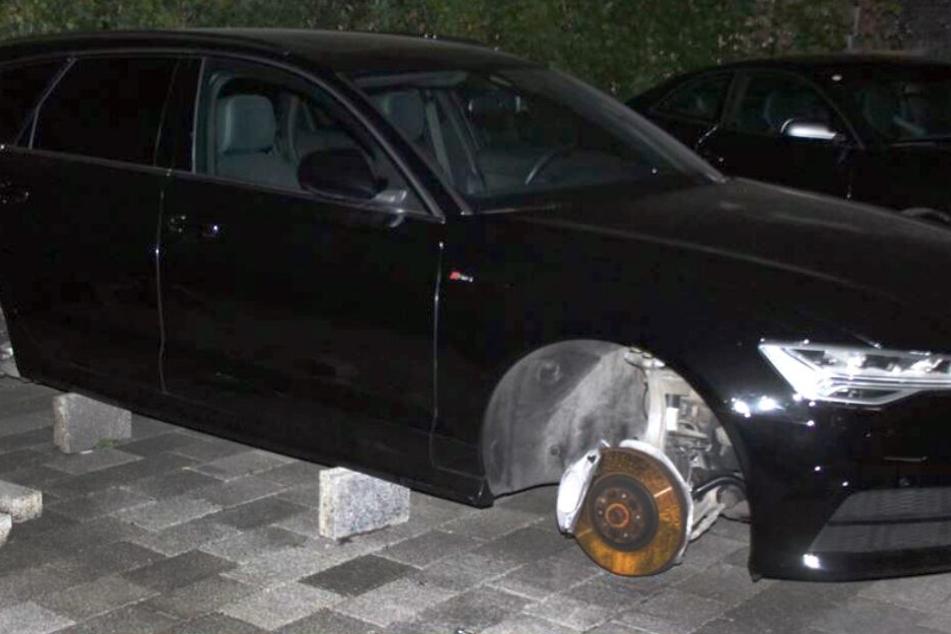 Bei neun Autos stahlen die Täter die Reifen und die Felgen.