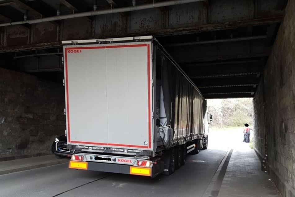 Der Fahrer parkte seinen Sattelzug unfreiwillig unter der Eisenbahnbrücke.