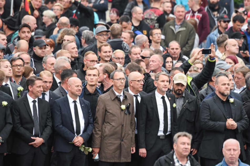 Die Teilnehmer der Demonstration von AfD und dem ausländerfeindlichen Bündnis Pegida, sowie der rechtspopulistischen Bürgerbewegung Pro Chemnitz, ziehen durch die Stadt.
