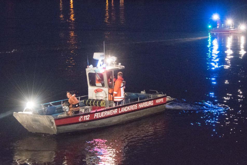 Mit Booten suchten die Retter das Wasser ab, fanden den Vermissten aber nicht.