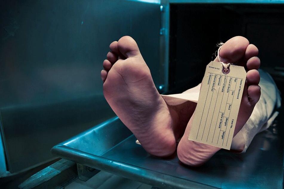 Mann will in Leichenhalle Schild an Frau anbringen und macht eine schockierende Entdeckung