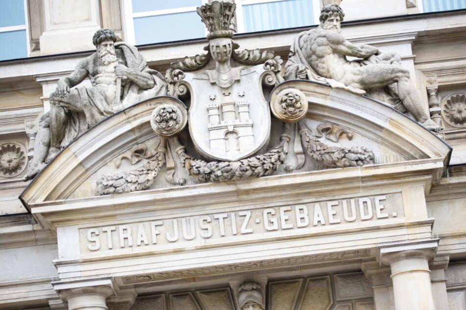 Das Hamburger Landgericht hat einen Vater wegen der Misshandlung seiner eigenen Tochter zu einer Haftstrafe von vier Jahren verurteilt.