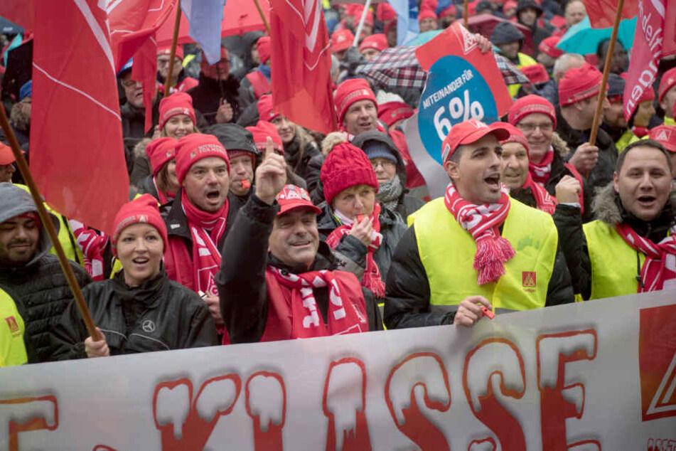 16. Januar: Mitarbeiter bei Daimler in Sindelfingen protestieren.