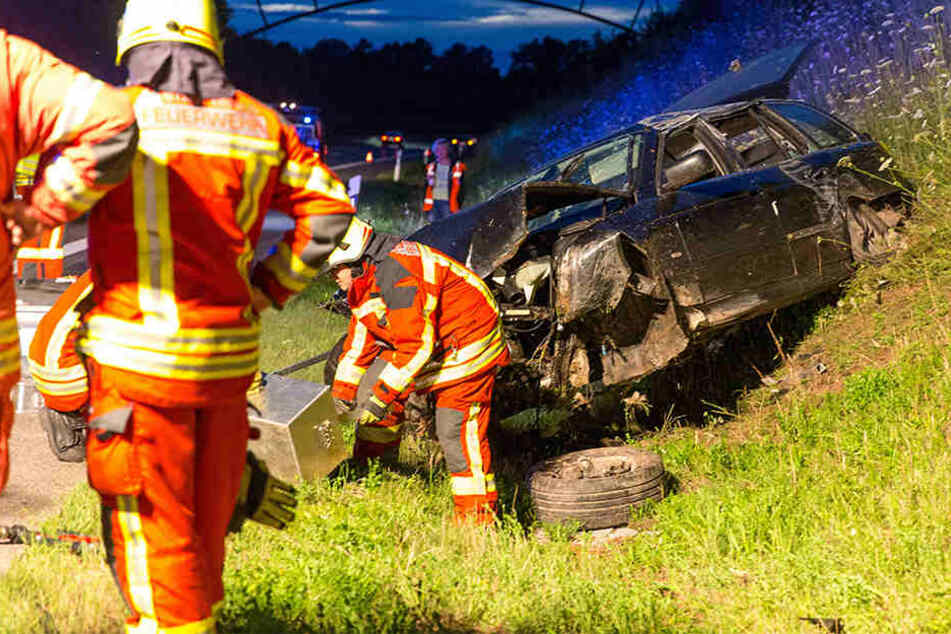 BMW rast auf Autobahn gegen Schild und landet im Graben