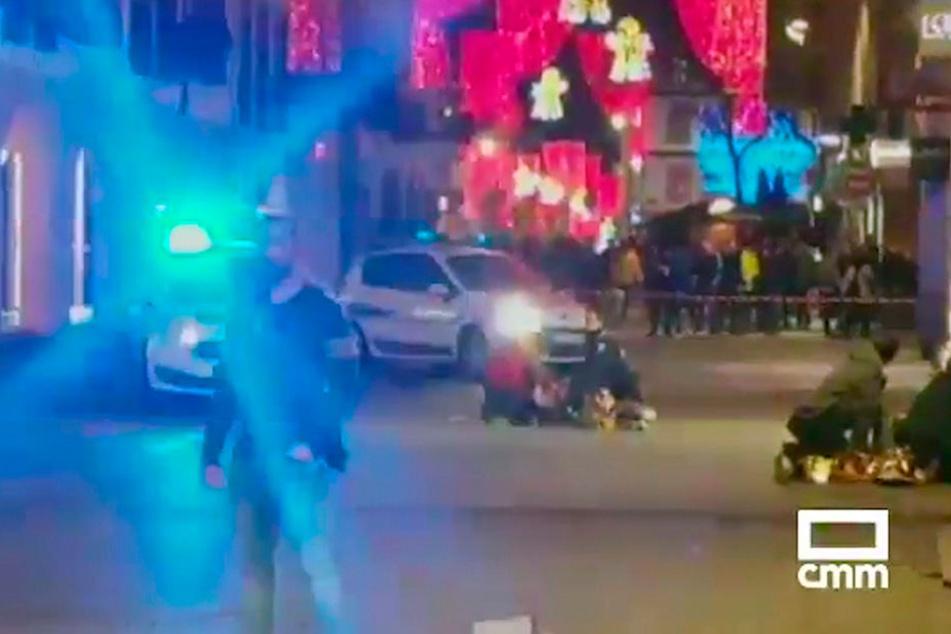 Das Standbild aus einem Video von CMM zeigt am Boden liegende Menschen nahe dem Weihnachtsmarkt.