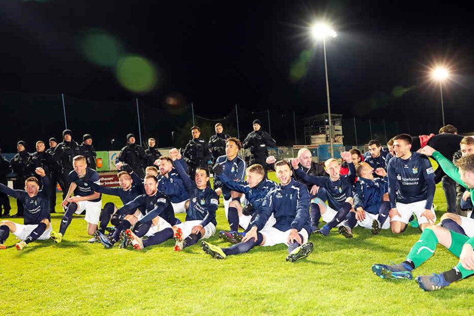 """""""Bewacht"""" von der Polizei feierten die CFC-Spieler mit ihren Fans den (sportlichen) Aufstieg."""